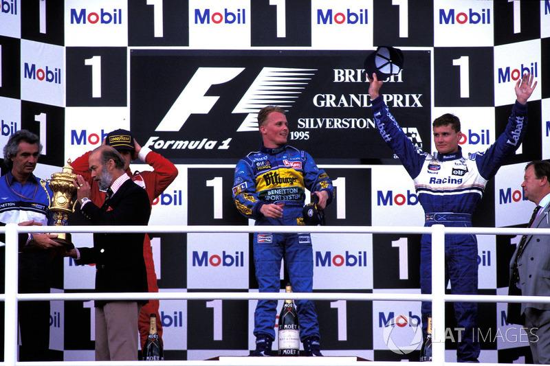 Johnny Herbert ganó el GP de Inglaterra de 1995, marcado por un accidente de Michael Schumacher y Damon Hill, heredando la punta tras un error de David Coulthard