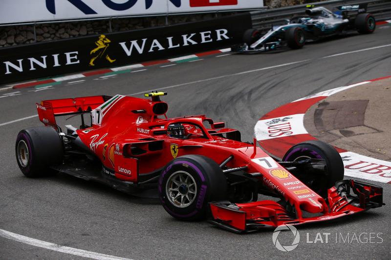 Kimi Raikkonen, Ferrari SF71H, leadsValtteri Bottas, Mercedes AMG F1 W09