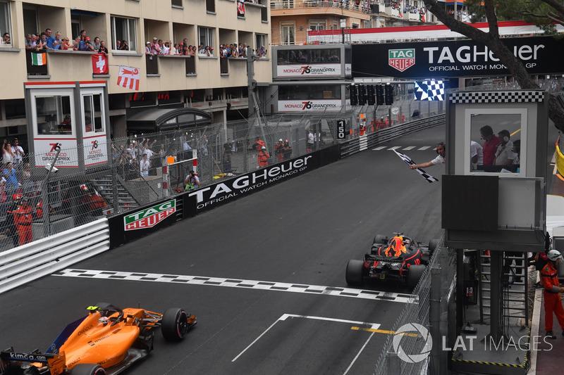 El ganador de la carrera Daniel Ricciardo, Red Bull Racing RB14 toma la bandera a cuadros