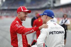 Sebastian Vettel, Ferrari, fête sa pole position, avec Valtteri Bottas, Mercedes AMG F1