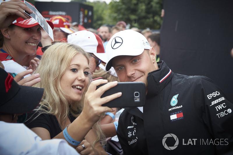 Valtteri Bottas, Mercedes AMG F1, tiene su foto tomada con un fan