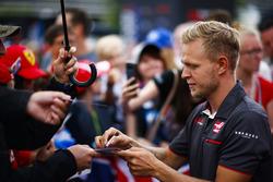 kmKevin Magnussen, Haas F1 Team, signs autographs for fans