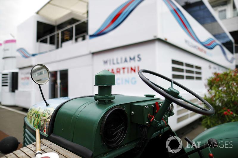 Un tractor al lado de la unidad de hospitalidad de Williams