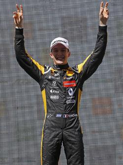 Podium: winnaar Sacha Fenestraz, Carlin Dallara F317 - Volkswagen