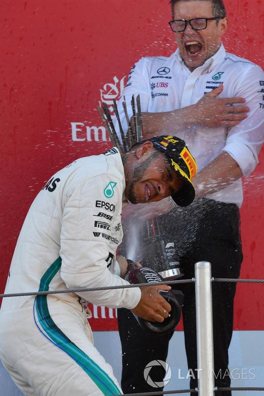 Гоночный инженер Mercedes AMG F1 Питер Боннингтон и пилот Льюис Хэмилтон