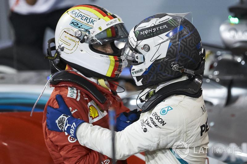 Valtteri Bottas, Mercedes AMG F1, memberi selamat Sebastian Vettel, Ferrari, 1st position