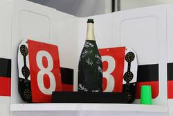 Champagnefles van racewinnaars Sébastien Buemi, Anthony Davidson, Kazuki Nakajima, Toyota Gazoo Racing