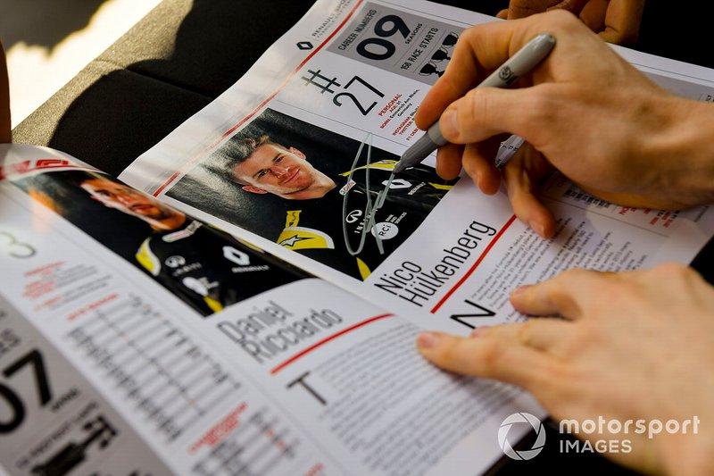 Nico Hulkenberg, Renault F1 Team firma autógrafos