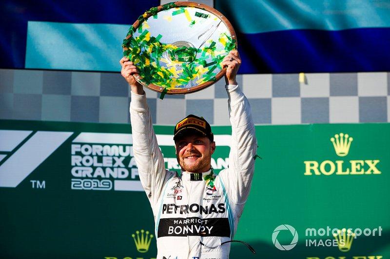 Valtteri Bottas, Mercedes AMG F1, vincitore, solleva il suo trofeo