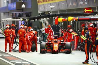 Kimi Raikkonen, Ferrari SF71H, lascia il box dopo un pit stop