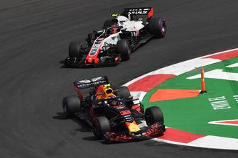 Макс Ферстаппен, Red Bull Racing RB14, и Кевин Магнуссен, Haas F1 Team VF-18