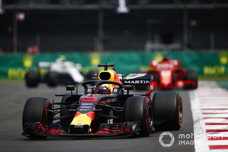 Daniel Ricciardo, Red Bull Racing RB14, Sebastian Vettel, Ferrari SF71H