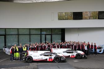 Photo de groupe avec la Porsche 919 Hybrid Evo