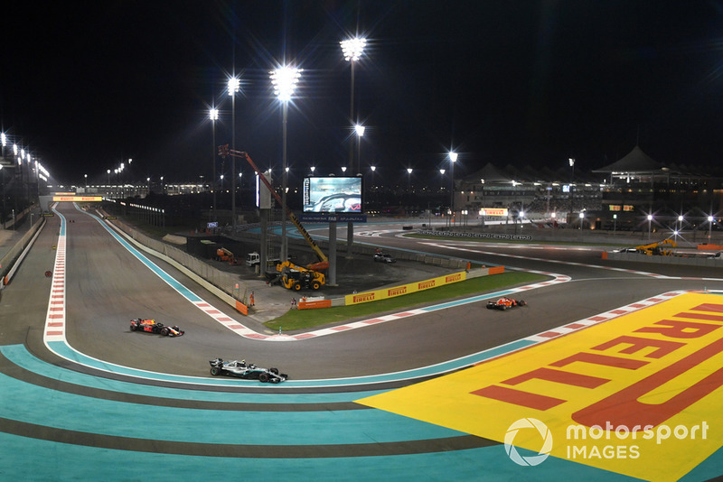 Valtteri Bottas, Mercedes-AMG F1 W09 va largo e lotta con Max Verstappen, Red Bull Racing RB14