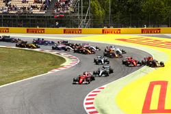 Старт гонки: Себастьян Феттель, Ferrari SF70H, Льюис Хэмилтон, Mercedes AMG F1 W08, Кими Райкконен, Ferrari SF70H, Макс Ферстаппен, Red Bull Racing RB13, Валттери Боттас, Mercedes AMG F1 W08