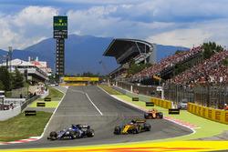 Маркус Эрикссон, Sauber C36, и Джолион Палмер, Renault Sport F1 RS17