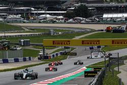 Валттері Боттас, Mercedes AMG F1 W08, лідирує на старті гонки