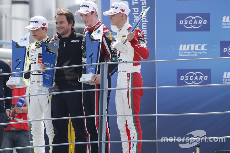 Podium : le vainqueur Joel Eriksson, Motopark Dallara F317 - Volkswagen, le deuxième, Lando Norris, Carlin Dallara F317 - Volkswagen, le troisième, Mick Schumacher, Prema Powerteam, Dallara F317 - Mercedes-Benz