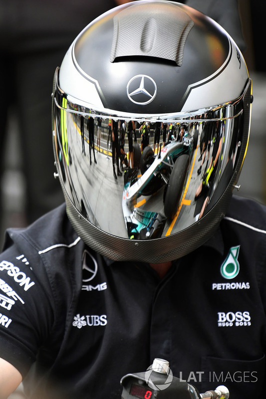 Mercedes AMG F1 W08 Mecánicos practican pitstop