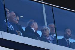 فلاديمير بوتين، رئيس روسيا وبيرني إكليستون، الرئيس الفخري للفورمولا واحد
