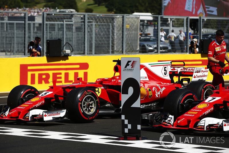 Los coches frente a la tribuna de primera fila Sebastian Vettel, Ferrari SF70H, Kimi Raikkonen, Ferr