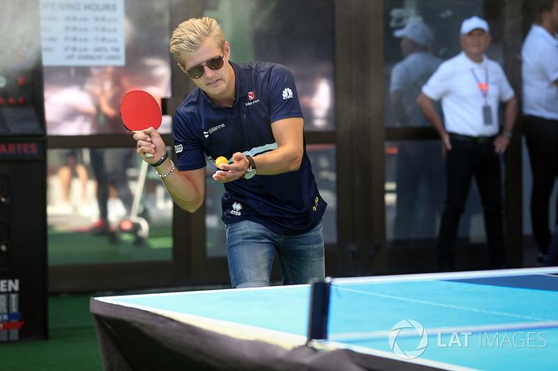 Marcus Ericsson, Sauber juega tenis de mesa