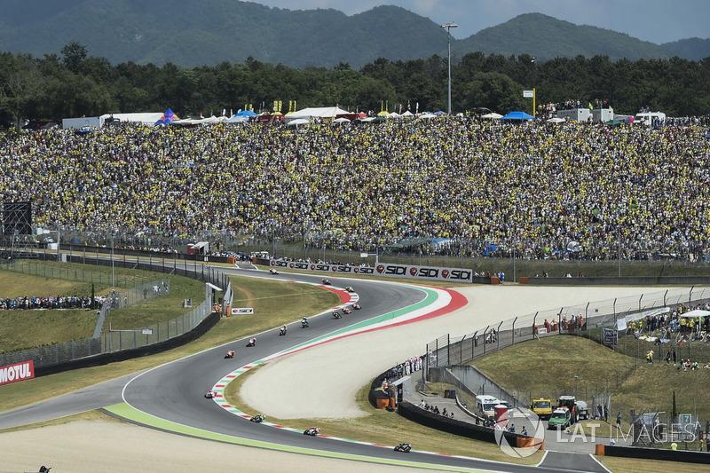 Маверік Віньялес, Yamaha Factory Racing, їде першим повз трибуни