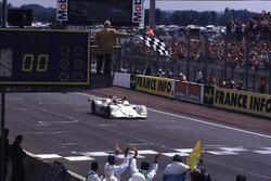 Bandera a cuadros para Pierluigi Martini, Yannick Dalmas, Joachim Winkelhock, BMW V12 LMR