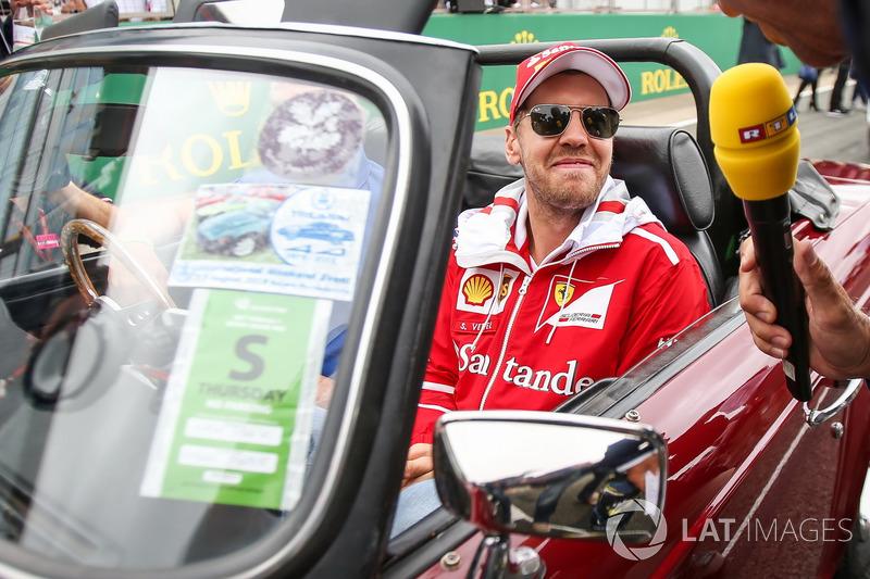 Sebastian Vettel, Ferrari con los medios de comunicación en el desfile de pilotos