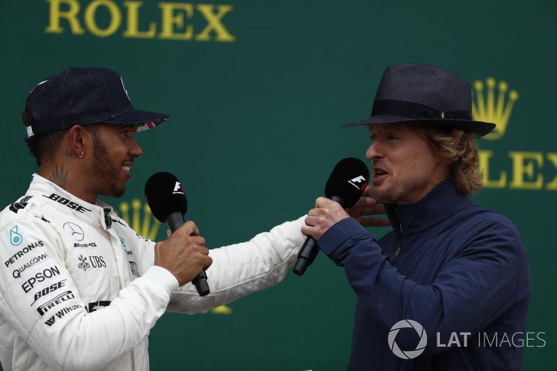 El actor Wilson entrevista al ganador de la carrera Lewis Hamilton, Mercedes AMG F1, en el podio