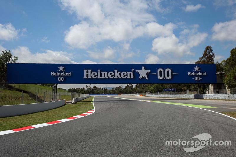 Вид на трассу и баннер Heineken