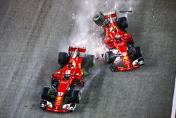 Sebastian Vettel, Ferrari SF70H, Kimi Raikkonen, Ferrari SF70H, chocan al inicio de la carrera