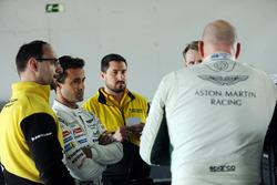 Paul Dalla Lana und Pedro Lamy von Aston Marting Racing mit Dunlop-Ingenieuren