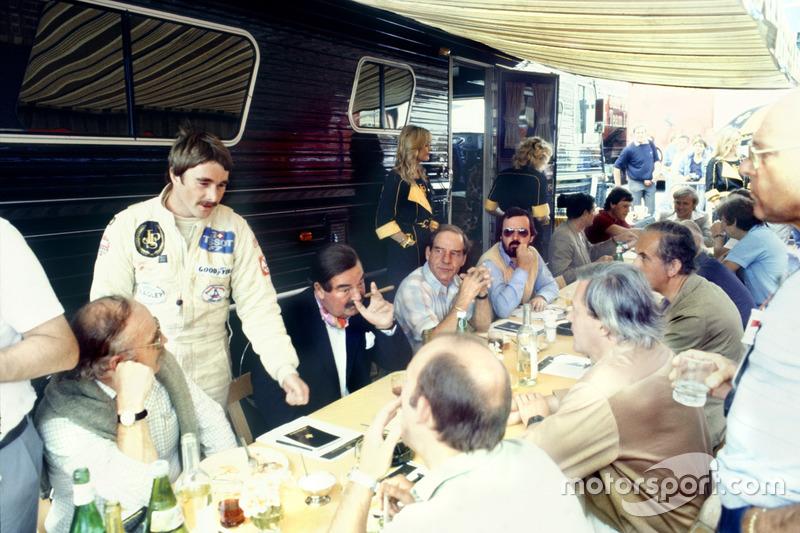 Найджел Мэнселл, Lotus 91-Ford, разговаривает с представителями прессы