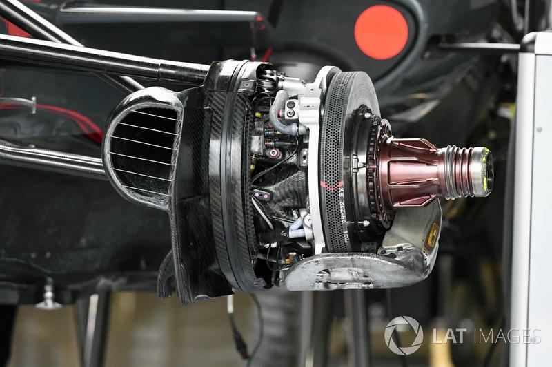 Haas F1 Team VF-17, detalles del freno delantero y otras partes del monoplaza