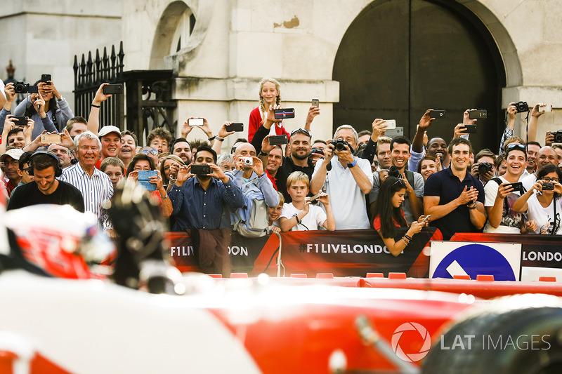 Дженсон Баттон з Наомі Кемпбелл на двомісному боліді Ф1