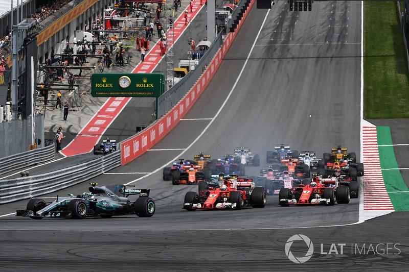 Валттері Боттас, Mercedes AMG F1 F1 W08, лідирує на старті гонки
