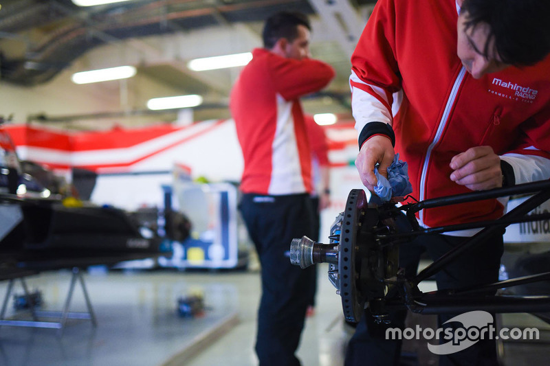 Mahindra Racing - Mechaniker bei der Arbeit
