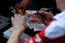 Kimi Raikkonen, Ferrari firma autógrafos para los fans