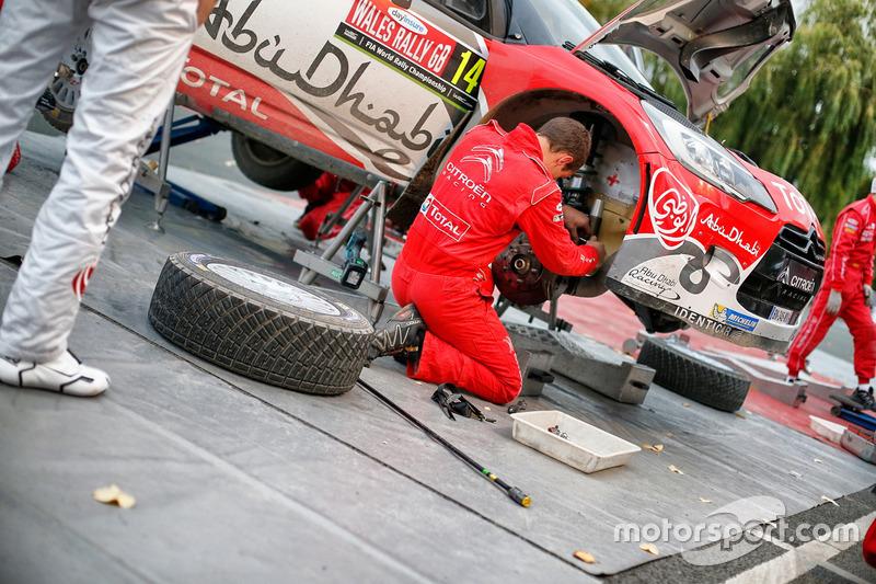 الميكانيكيون يعملون على سيارة ستيفان لوفيفر وغابين مورو، سيتروين دي.أس3 دبليو آر سي، فريق أبوظبي توتال العالمي للراليات