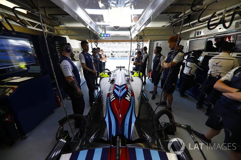 Les mécaniciens avec la voiture de Lance Stroll Williams FW41 dans le garage.