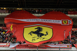 Une banderole Ferrari dans la tribune