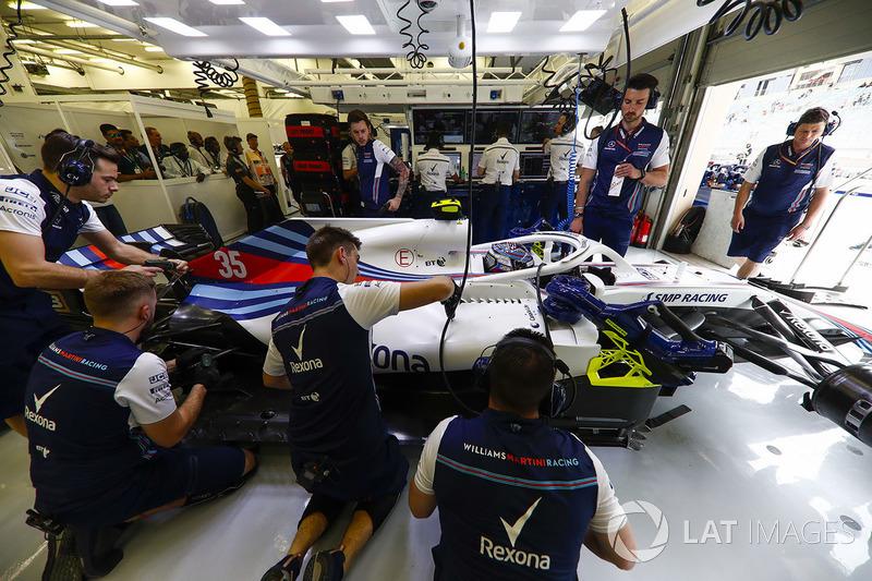 Sergey Sirotkin, Williams FW41 Mercedes, in the garage