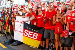 Tifosi Ferrari con dei cartelloni per Sebastian Vettel