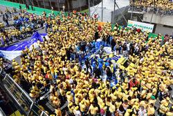 Comemoração do título de Daniel Serra e vitória de Ricardo Maurício em Interlagos