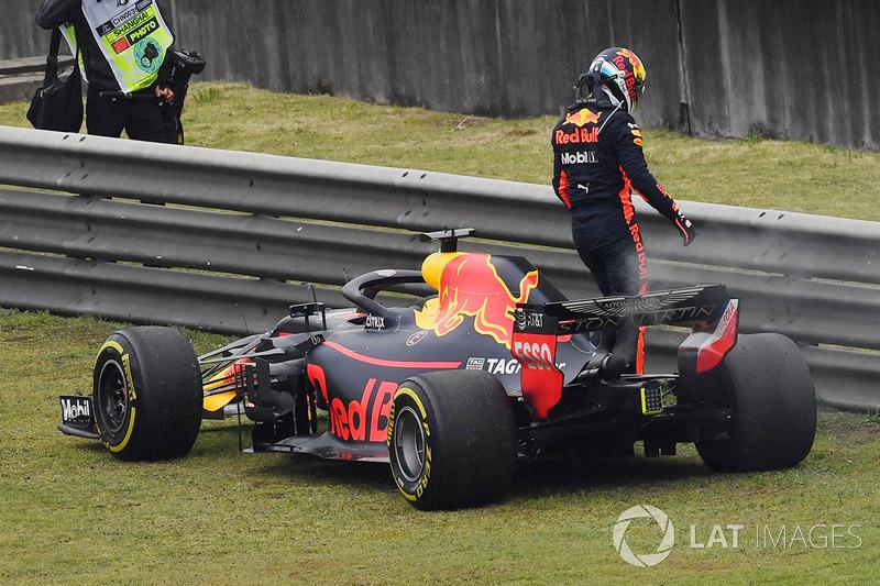 Daniel Ricciardo, Red Bull Racing RB14, immobilisé en piste