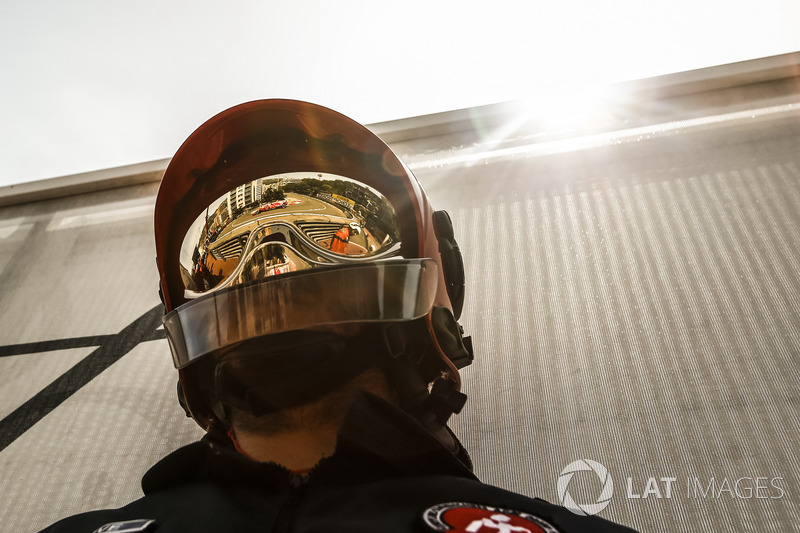 Il riflesso di Sebastian Vettel, Ferrari SF71H sul casco di un vigile del fuoco