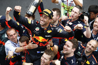 Race winner Daniel Ricciardo, Red Bull Racing, celebrates with the team