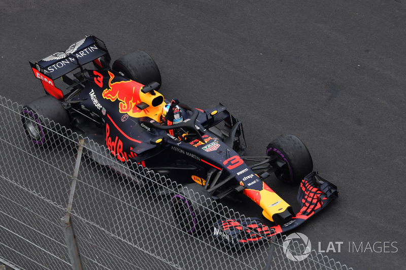 El ganador de la carrera Daniel Ricciardo, Red Bull Racing RB14 celebra