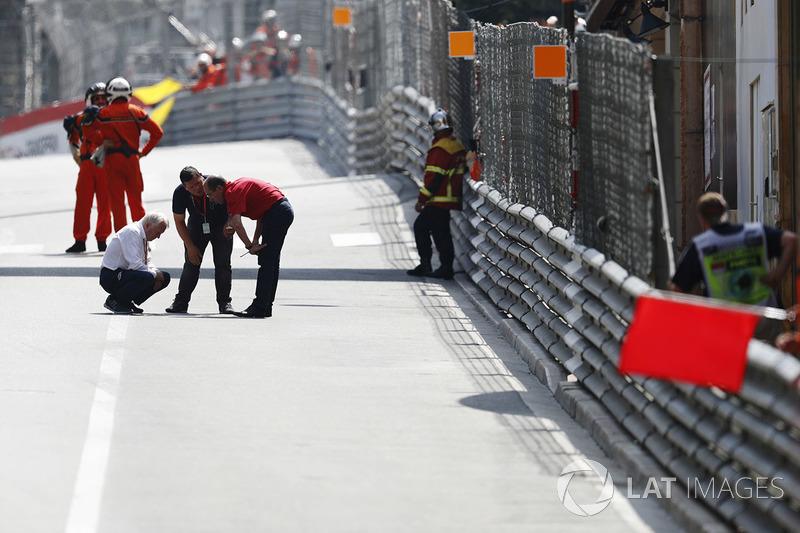 Charlie Whiting, Director de Carrera, FIA, realiza una inspección de circuito durante una bandera roja